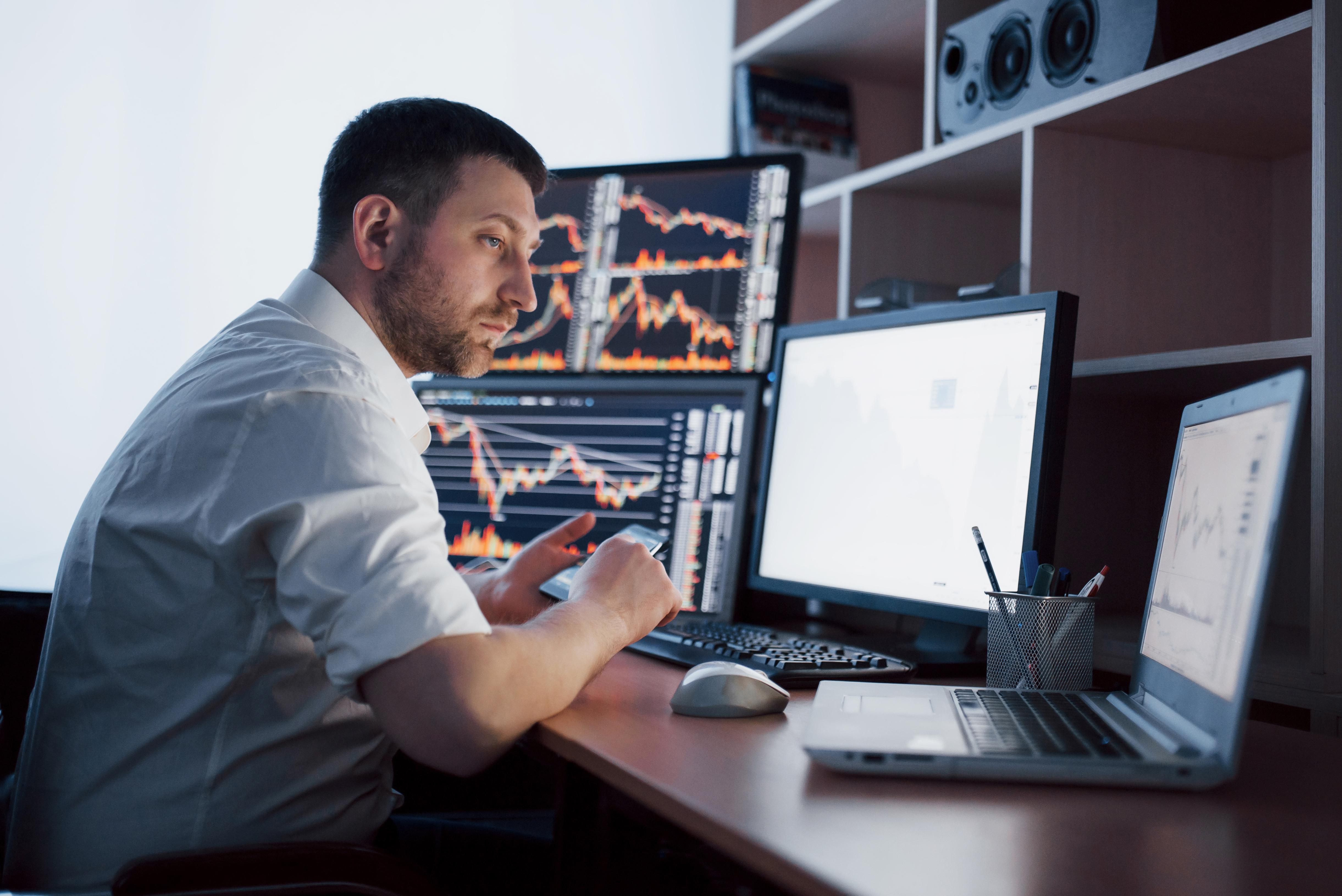 ¿Cómo ha sido el impacto de la revolución tecnológica en el mercado laboral?